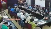 Hiệu trưởng bị giáo viên cầm cốc ném vào mặt ngay trong cuộc họp