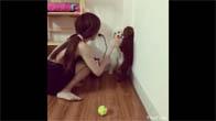 Cô gái phạt cún cưng siêu dễ thương