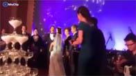 """Tuấn Hưng hát """"Bức Thư Tình Đầu Tiên"""" tặng vợ trong lễ cưới"""