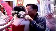 Bố chồng hôn con dâu trong ngày cưới ở Trung Quốc gây sốt