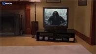 Cô gái đánh nhau với con ma chui ra từ tivi