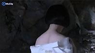 Girl xinh ngây thơ, hồn nhiên tắm trong hang núi