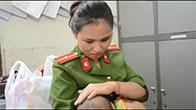 Cảm động nữ thiếu úy công an cho bé trai bị bỏ rơi bú sữa ngay tại trụ sở