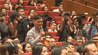 Thanh niên gây náo loạn khi khóc lóc và quỳ gối lạy Jack Ma