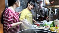 Kỳ lạ hai chị em sinh đôi dễ thương bán hủ tiếu mì sườn gốc hoa cực ngon ở Sài Gòn