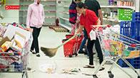 Siêu thị Auchan tan hoang - Phá hoại, xé thức ăn, cướp hàng... quá xấu hổ!